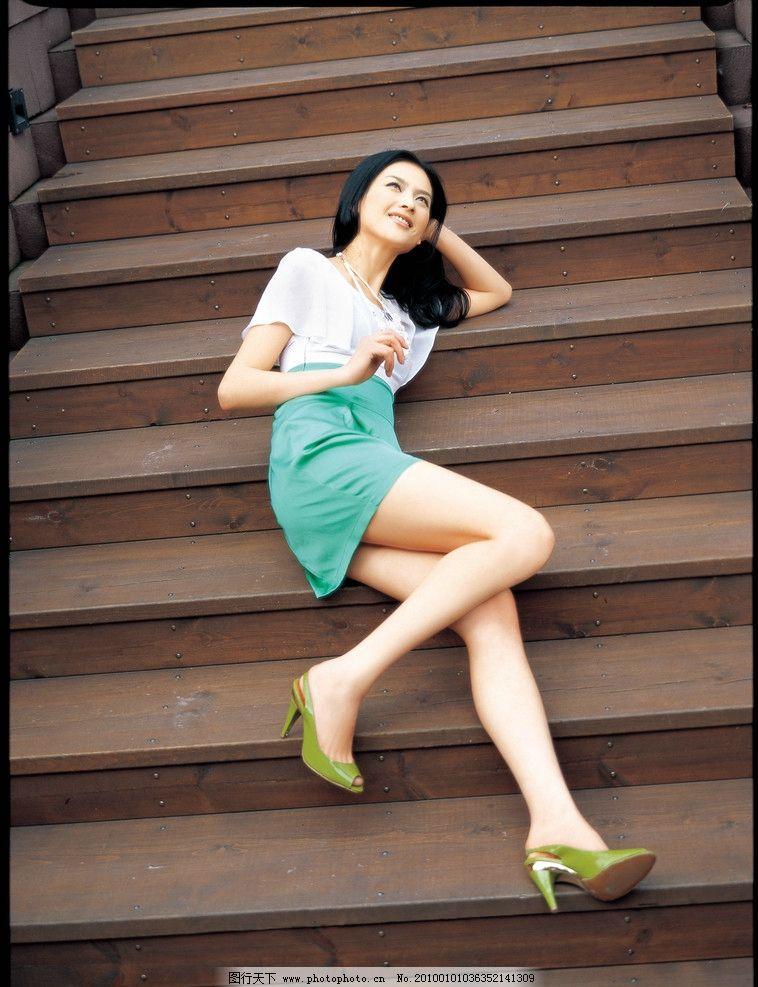 楼梯美女 夏装 美女 衣香丽影 休闲女性 古木楼梯 夏装美女 人物摄影