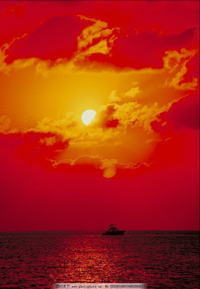 海上黄昏风景 天空 橙色的云朵 金黄色的阳光 太阳 海 船 自然风景
