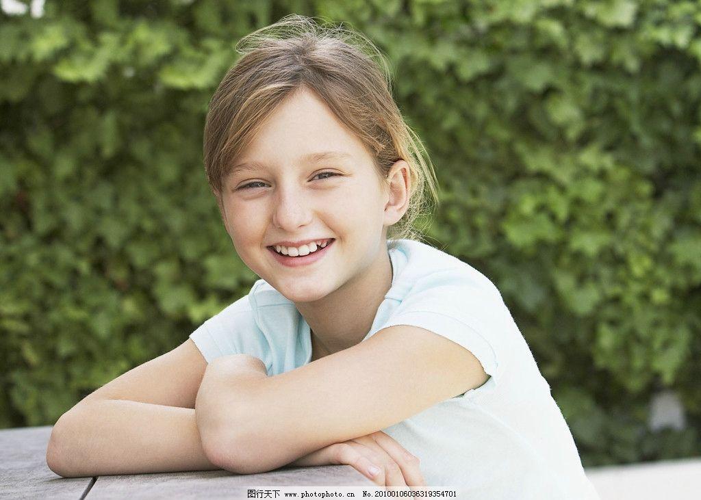 阳光女孩 开心 可爱 绿色 背景 国外女孩 笑脸 人物 人物摄影