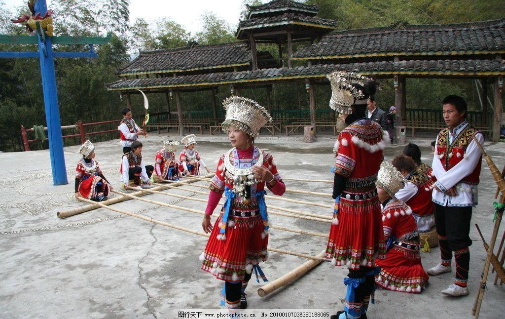 苗族人物跳舞手绘