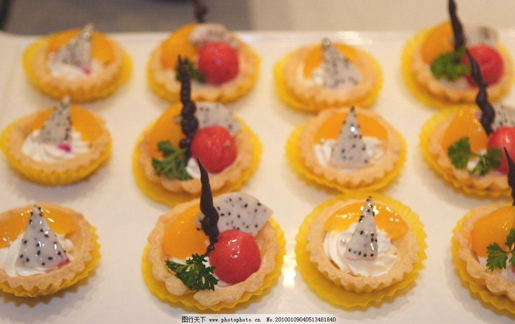 水果蛋糕 奶油 切片火龙果等水果 精美造型 饮料糕点 饮料酒水 餐饮图片