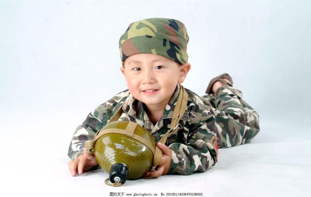 可爱的小男孩 迷彩服 水壶 军用水壶 穿迷彩服的小男孩 戴帽子的小