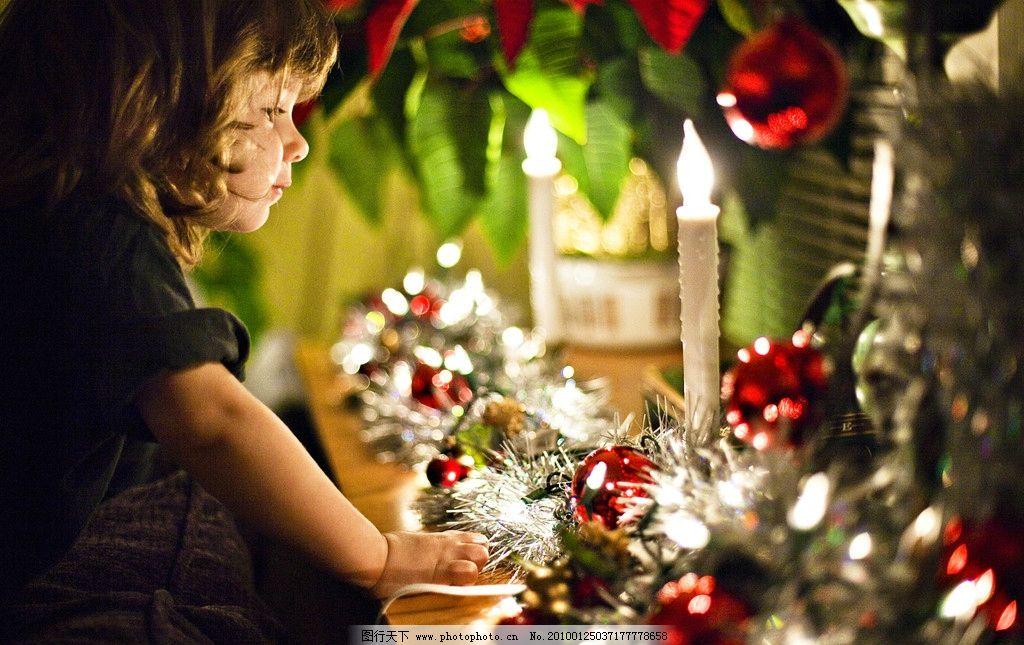 国外欧洲圣诞节上小孩庆祝圣诞图片