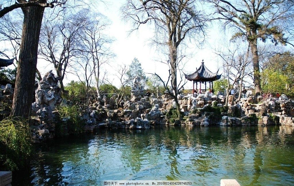苏州园林的湖边假山图片