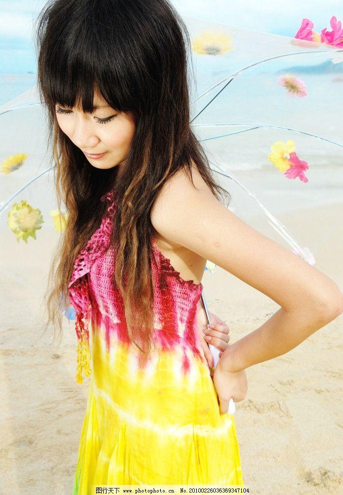 海边的美女艺术照片 海边 沙滩 美女 花瓣 伞 裙子 人物摄影 人物图库