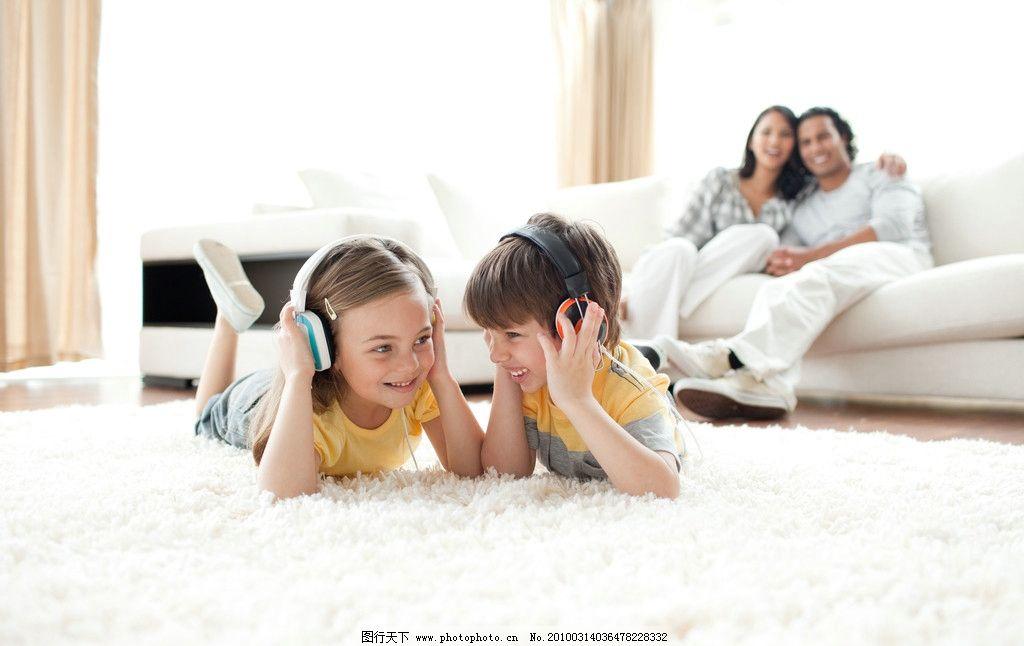 国外儿童听音乐 欧美 小孩 孩子 耳麦 温馨 家庭 儿童幼儿 摄影