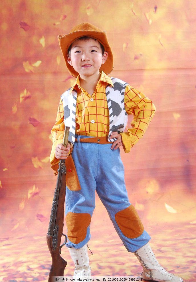 儿童 儿童幼儿 小男孩 阳光宝贝 拿枪戴帽的小男孩 帅气男孩 人物图库
