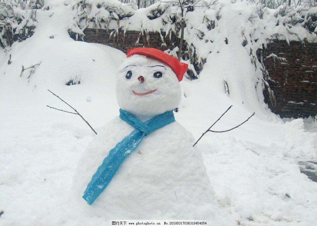 雪人 可爱 雪地 围巾 帽子 寒冷 人物摄影 人物图库