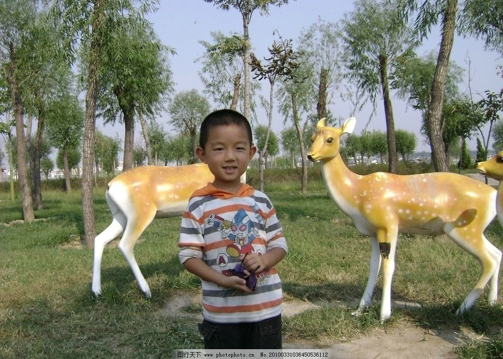 孩子和鹿 儿童 动物 雕塑 可爱 教子读书 儿童幼儿 人物图库